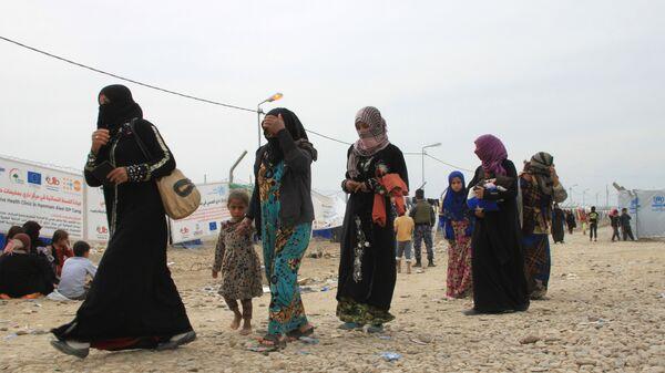 Женщины с детьми в лагере беженцев в Ираке. Архивное фото