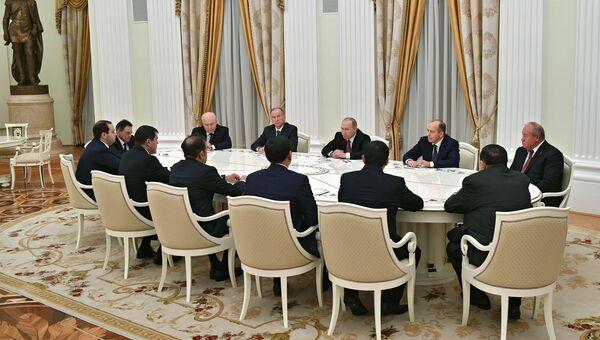 Владимир Путин во время встречи с руководителями спецслужб СНГ. Архивное фото