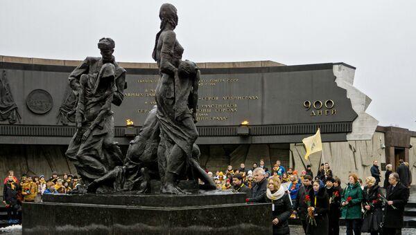 Возложение цветоы к памятнику Блокада на территории Монумента героическим защитникам Ленинграда в Санкт-Петербурге. Архивное фото