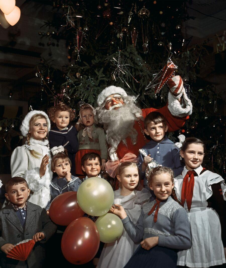 Дед Мороз и Снегурочка с детьми на новогодней елке в одном из московских клубов. 30 декабря 1960