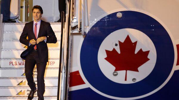 Премьер-министр Канады Джастин Трюдо сходит с борта самолета
