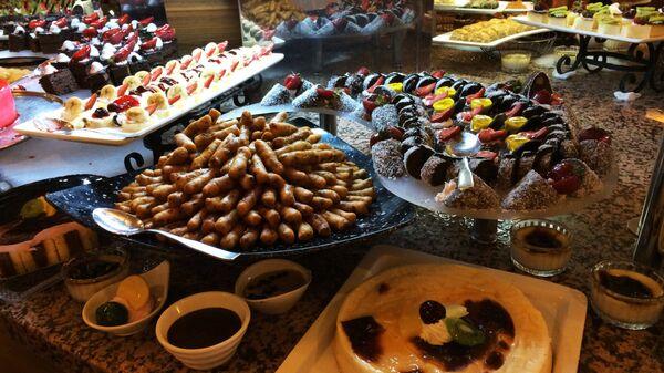 Восточные сладости в кафе одного из отелей Антальи.