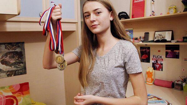 Наград и дипломов у девочки много — и за победы в школьных олимпиадах, и за спортивные соревнования