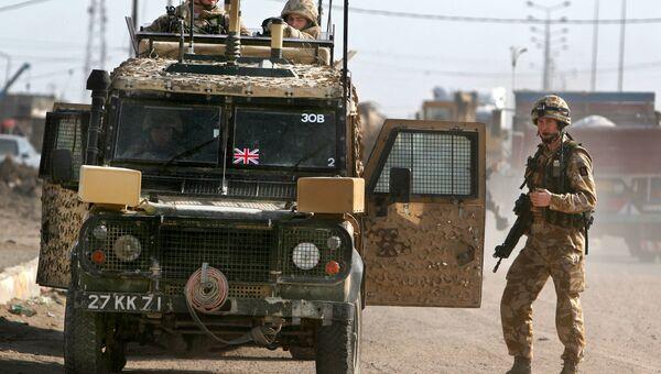 Британские военные патрулируют территорию в городе Басра, Ирак