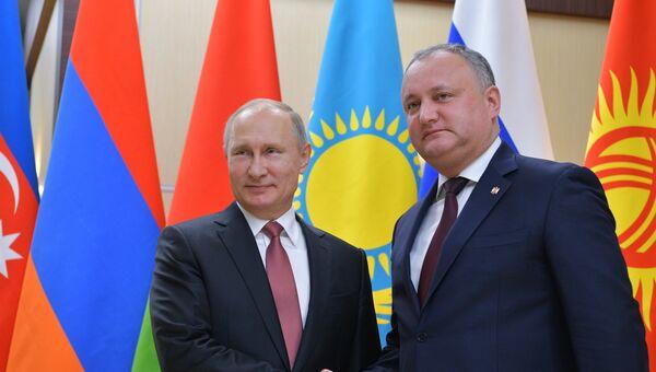 резидент РФ Владимир Путин и президент Республики Молдова Игорь Додон  перед началом неформальной встречи глав государств СНГ. 26 декабря 2017