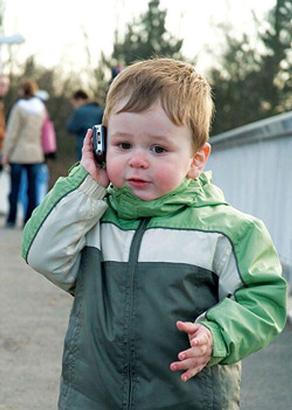 Ребенок с телефоном