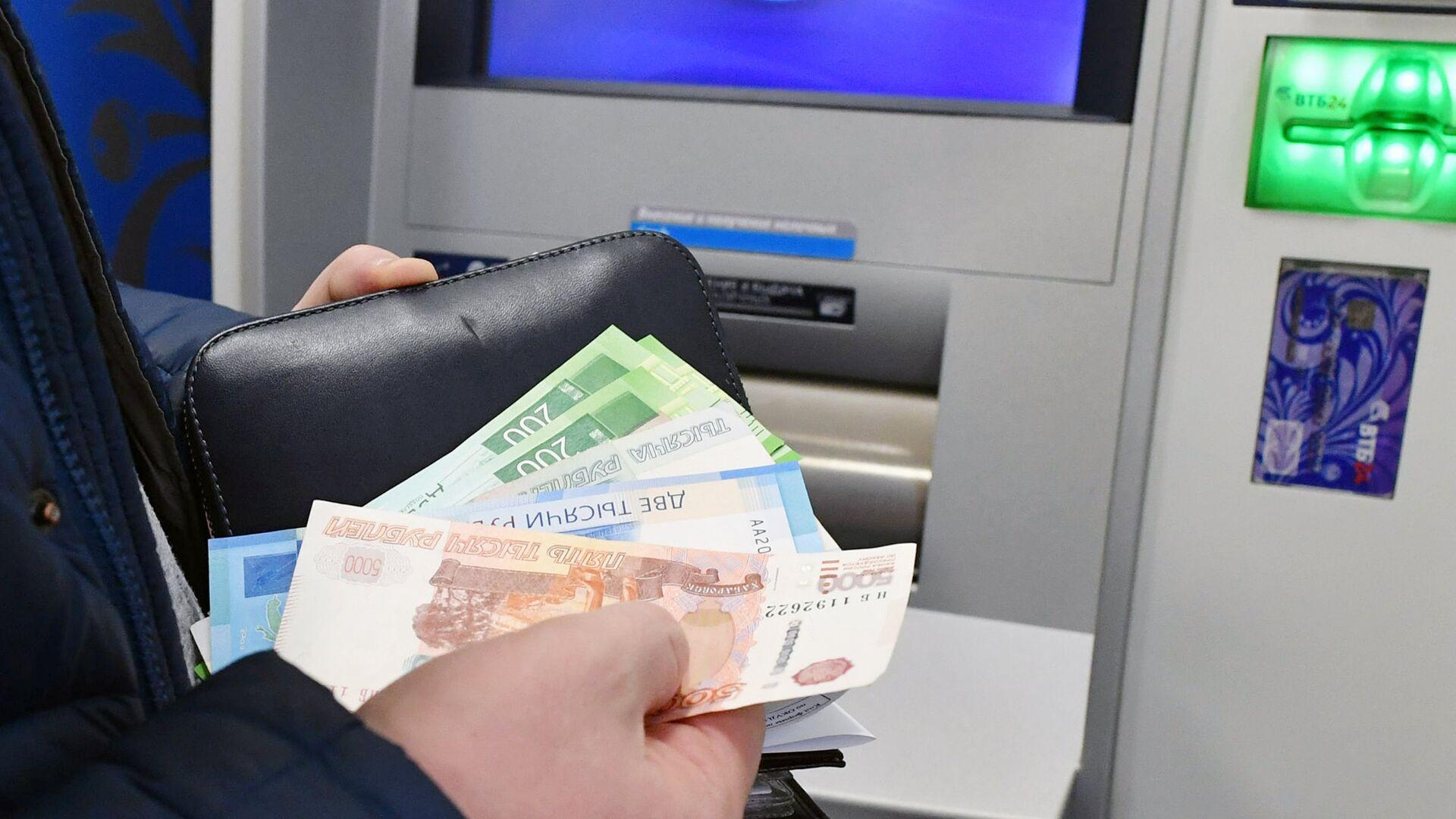 Снятие денег в банковском терминале в Москве - РИА Новости, 1920, 18.07.2021