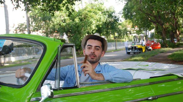 Российский турист в ретро-такси Гаваны