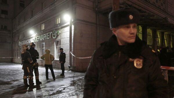 Сотрудники МЧС и полиции около супермаркета Перекресток в Санкт-Петербурге, где произошел взрыв. 27 декабря 2017