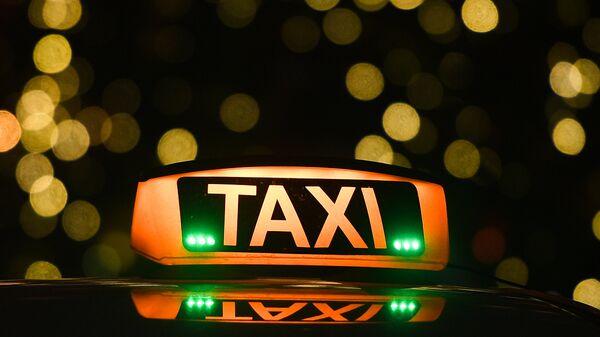 Знак такси на автомобиле на улице в Москве