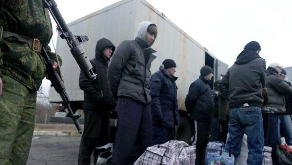 Украинские пленные во время обмена пленными между ЛНР и ДНР и Киевом между поселками Майорск и Горловка. Архивное фото