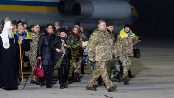 Президент Украины Петр Порошенко во время встречи украинских военнопленных, переданных в результате обмена представителями ДНР и ЛНР, в аэропорту Борисполь. Архивное фото