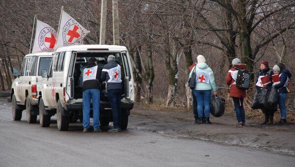 Сотрудники Красного Креста во время обмена пленными между самопровозглашенными Донецкой и Луганской народными республиками и Киевом