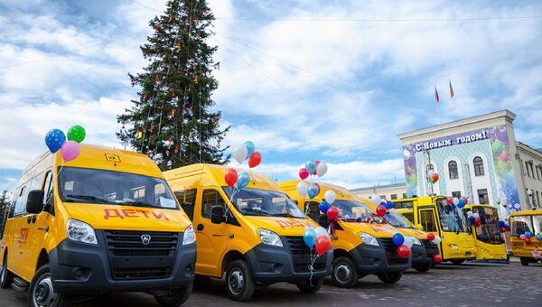 В КЧР вручили ключи от 40 школьных автобусов и автомобилей  скорой помощи