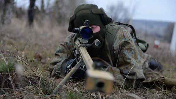 Военнослужащий во время тактических занятий с боевой стрельбой снайперских пар
