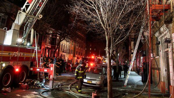 Сотрудники пожарной службы Нью-Йорка на месте пожара в Бронксе