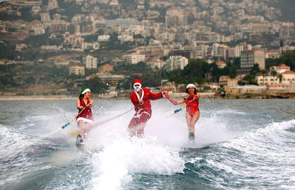 Девушки на водных лыжах в костюмах Санта-Клаусов в заливе Джуния, Ливан