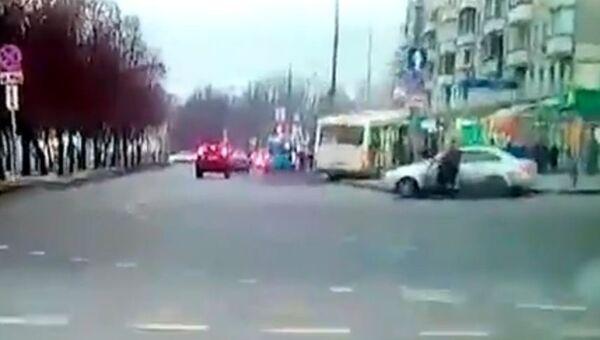 Опубликовано новое видео наезда автобуса на остановку в Москве
