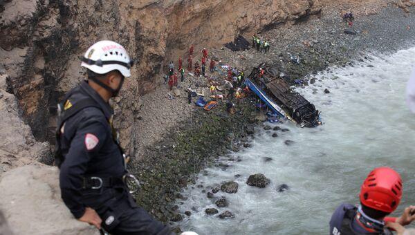 Спасатели на месте падения автобуса в Перу. 2 января 2018