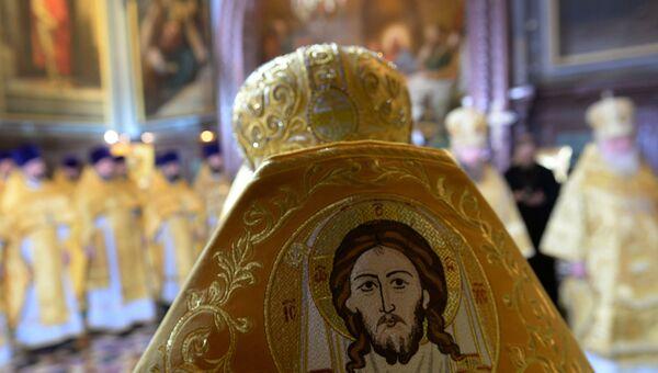 Священнослужители в храме Христа Спасителя в Москве перед Рождественским богослужением