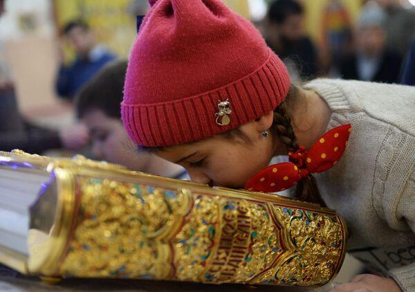 Девочка на праздничном богослужении в храме Архангела Михаила в Грозном