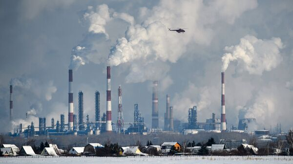 Трубы и вышки сжигания попутного газа Омского нефтеперерабатывающего завода.