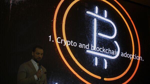 Эмблема криптовалюты биткоин. Архивное фото