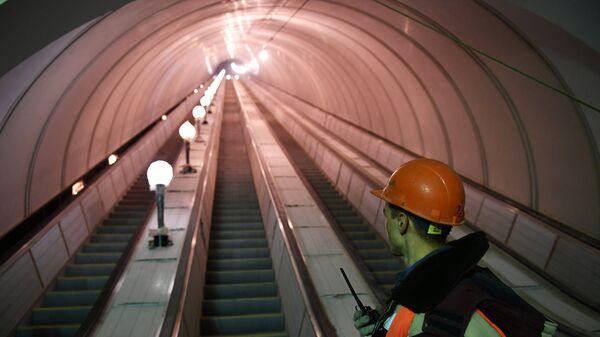 Рабочий у эскалатора метро
