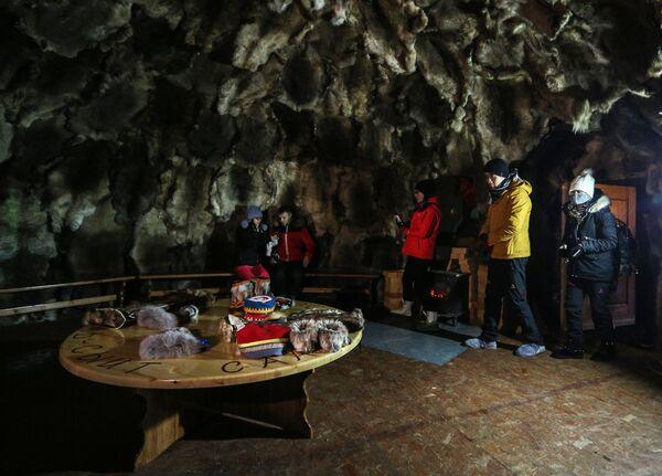 Китайские туристы в юрте саамской деревни Самь-Сыйт в поселке Ловозеро Мурманской области