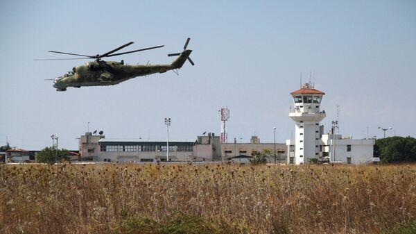 Российский вертолет Ми-24 во время облета авиабазы Хмеймим в Сирии