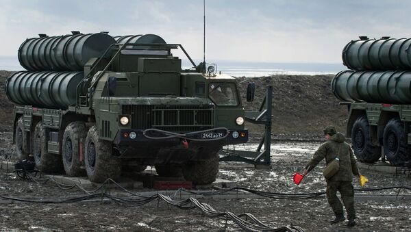 Пусковая установка зенитно-ракетного комплекса С-400 Триумф полка противовоздушной обороны в Феодосии. Архивное фото