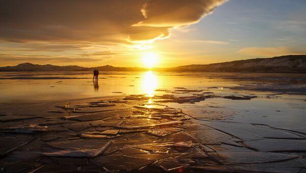 Люди на льду озера Байкал. Архивное фото