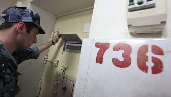 Охранник у двери камеры в СИЗО Матросская тишина. Архивное фото