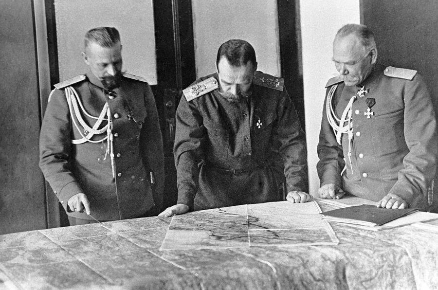 Генерал Михаил Пустовойтенко, император Николай II и генерал Михаил Алексеев обсуждают план боевых действий