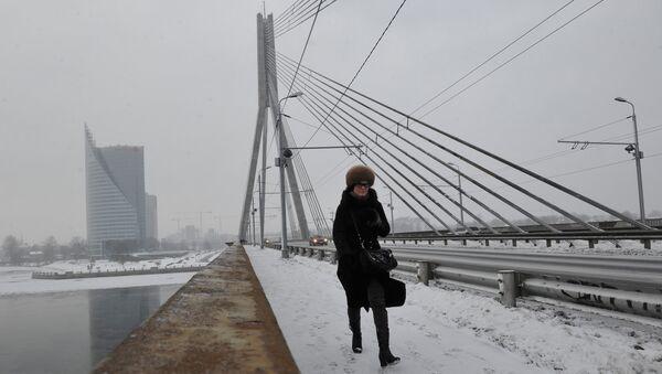 Прохожая на Вантовом мосту через реку Даугава в Риге