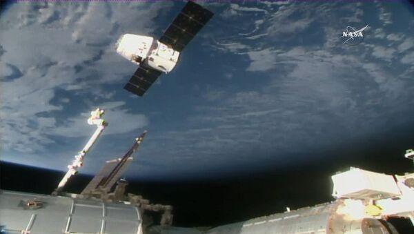 Американский космический грузовик Dragon покидает МКС. Архивное фото
