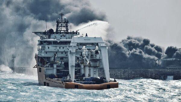 Тушение пожара на танкере SANCHI в Восточно-Китайском море. Архивное фото