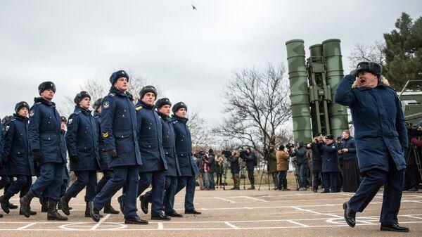 Военнослужащие Южного военного округа на торжественной церемонии, посвященной началу боевой вахты комплекса ПВО С-400 Триумф в Севастополе. 13 января 2018