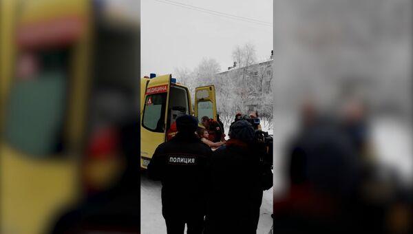 Полицейские вывели человека из школы в Перми, где произошла поножовщина