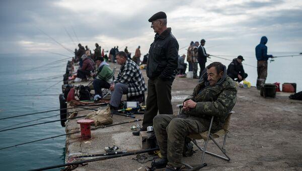 Рыбаки на набережной в Судаке