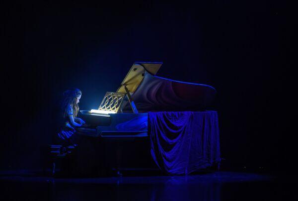 Артистка в сцене из спектакля La Verita в постановке Даниэля Финци Паски на сцене Большого Драматичекого театра им. Товстоногова в Санкт-Петербурге
