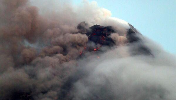 Выброс столба пепла вулканом Майон на Филиппинах. 16 января 2018 года