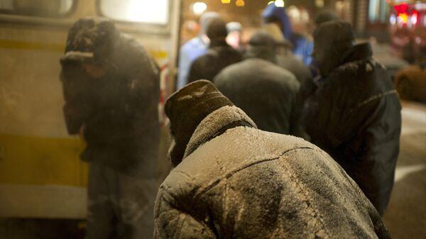 Бездомные люди у автобуса службы помощи Милосердие