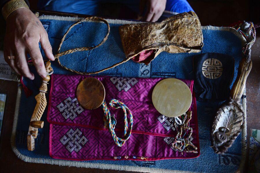 Предметы, которые использует шаман во время проведения обрядов. Шаманы считают, что зеркало-кузунгу – это вместилище духа, их главного помощника. Зеркало является и средством защиты шамана, и средством для предсказания