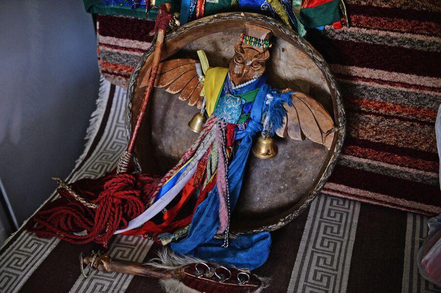 Шаманский бубен. К бубну привязывают разноцветные ленты (чалама), колокольчики и бубенцы. Считется, что они отпугивают злых духов и оберегают самого шамана. На рукоятке бубна изображают животных, птиц, человеческие лица.  Они олицетворяют собой дух шамана