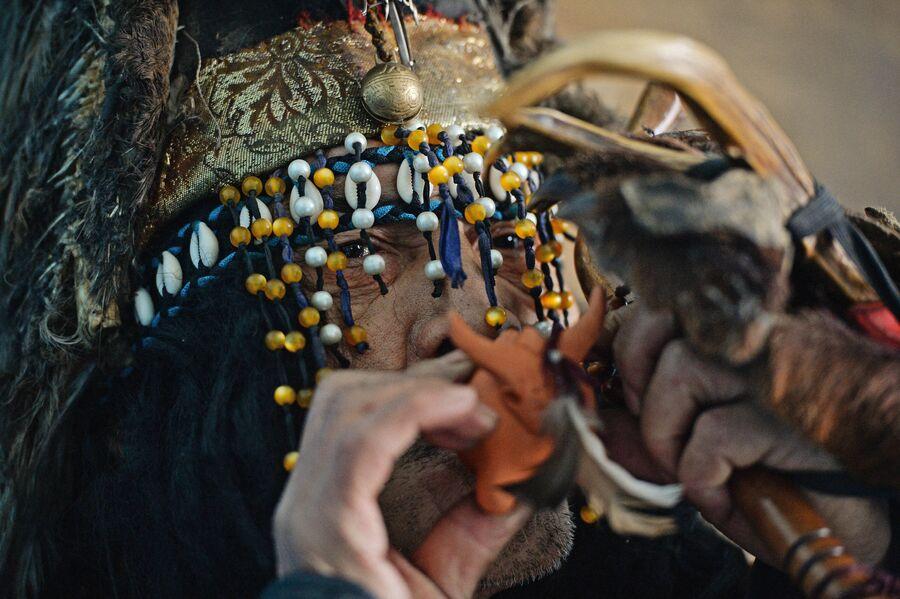 Шаман общества Адыг Ээрен (Дух медведя) в одной из комнат дома, принадлежащего шаманской организации