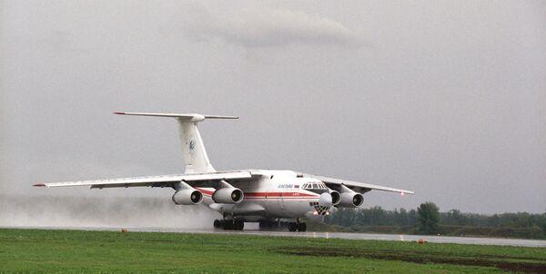 Самолет ИЛ-76 на взлетно-посадочной полосе аэропорта Перми. Архив