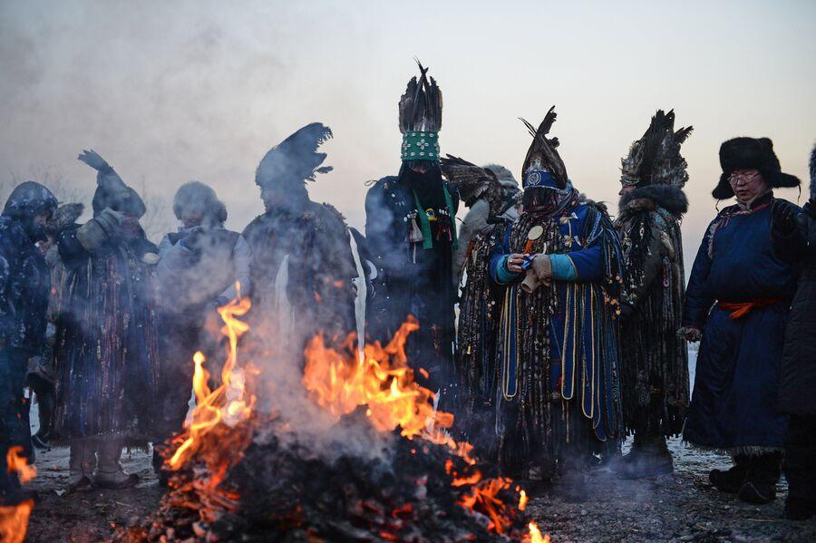 Шаманы проводят обряд Сан салыр в национальном парке культуры и отдыха, на берегу Енисея в Кызыле