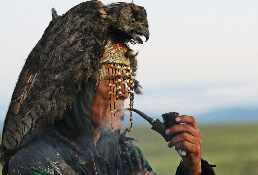 Шаман ожидает восхода солнца во время великого камлания к 9-летию  общества Дух медведя и 90-летнему юбилею образования Тувинской народной республики