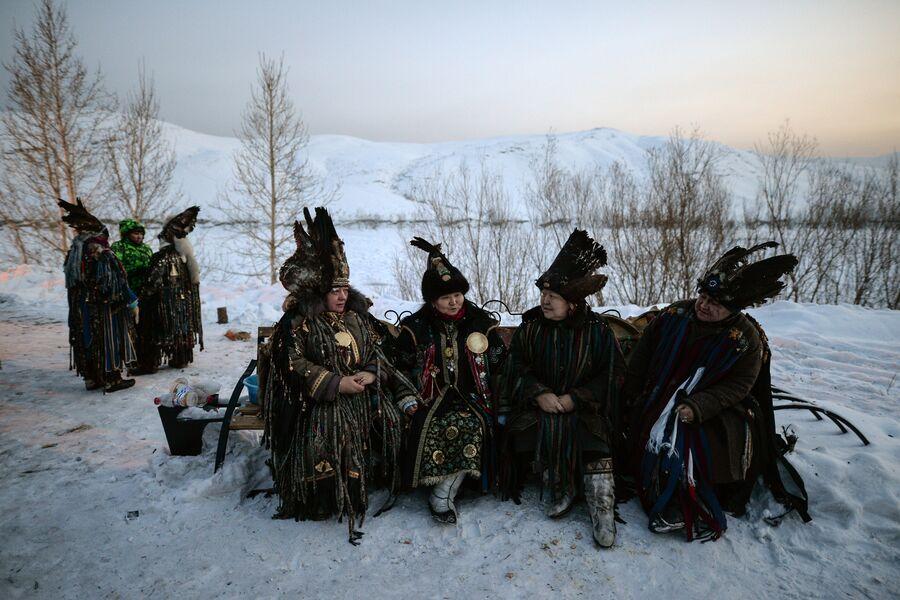 Шаманы во время встречи солнца, первые лучи которого означают наступление Шагаа в национальном парке культуры и отдыха, на берегу Енисея в Кызыле